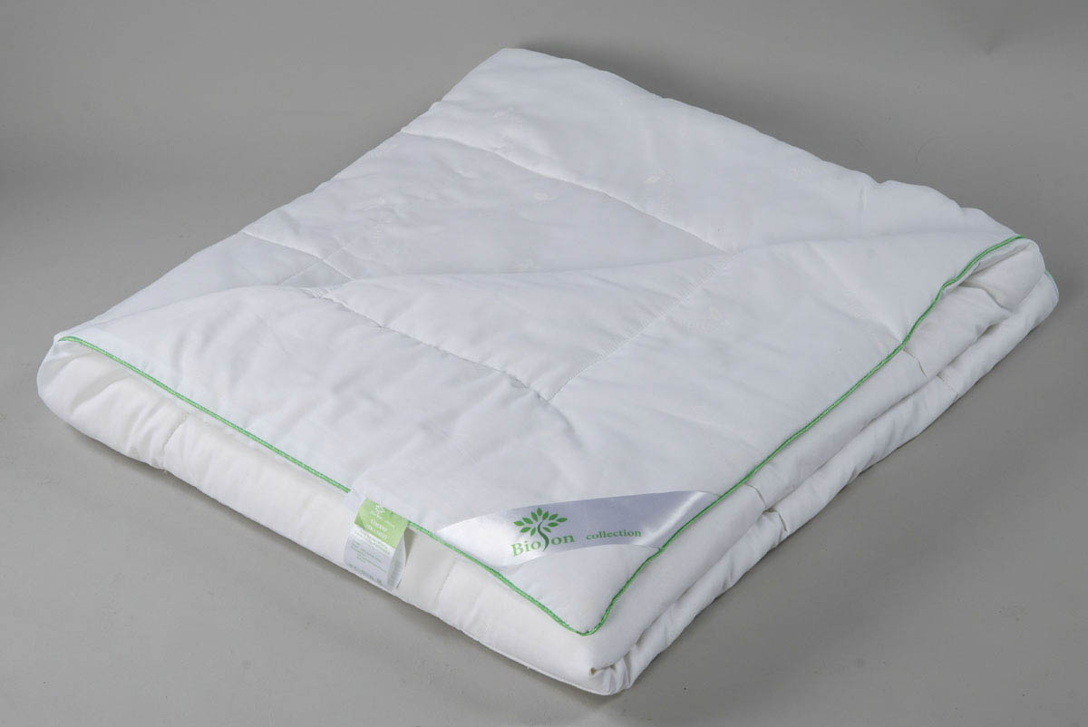 Одеяло BioSonОдеяла<br>Одеяло стёганое лёгкое двуспальное (мал)<br>Размер: 170х205 см<br><br>Наполнитель: Эвкалиптовое волокно<br>Плотность наполнителя: 150 г/м2<br>Состав: 50% Эвкалиптовое волокно, 50% Силиконизированное волокно<br><br>Материал чехла: Хлопковый тик<br>Состав: 100% Хлопок<br>Отделка: Кант<br><br>Производитель: BioSon<br>Страна производства: Россия<br>Тип Упаковки: Чемодан ПВХ<br><br>Тип: одеяло<br>Размерность комплекта: 2-спальное<br>Материал: Хлопковый тик<br>Размер наволочки: None<br>Подарочная упаковка: None<br>Для детей: нет<br>Ткань: Хлопковый тик<br>Цвет: Белый