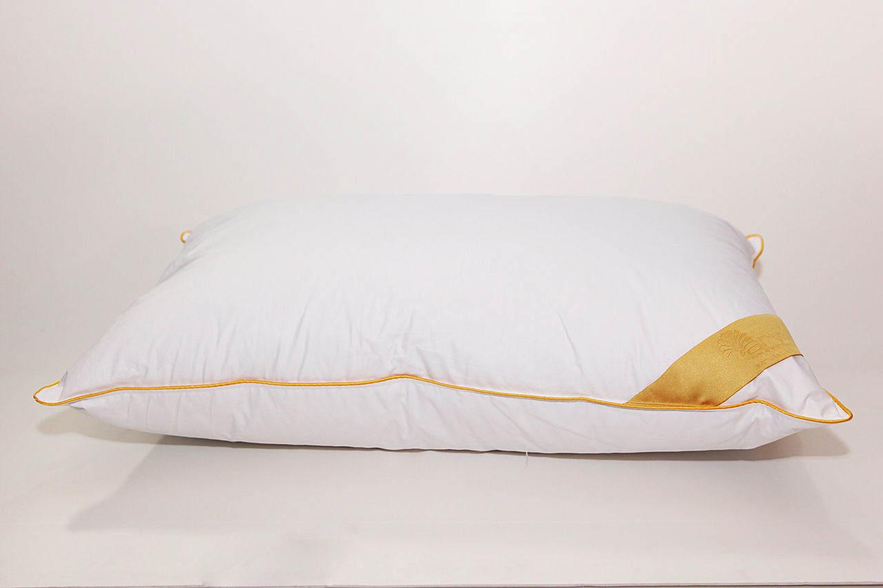 Подушка AryaПодушки<br>Подушка средняя для тех, кто спит на спине<br>Размер (см): 70х70 (1 шт) (Квадратная)<br><br>Наполнитель ядра: Пух-перо<br>Состав наполнителя ядра: 15% белый гусиный пух, 85% белое гусиное перо<br><br>Материал чехла: Хлопковый сатин<br>Состав материала чехла: 100% Хлопок<br><br>Отделка: Кант<br>Застежка: Нет<br><br>Производитель: Arya<br>Cтрана производства: Турция<br>Тип Упаковки: Сумка<br>Вес: 1400<br><br>Тип: подушка обычная<br>Размерность комплекта: None<br>Материал: Хлопковый сатин<br>Размер наволочки: None<br>Подарочная упаковка: None<br>Для детей: нет<br>Ткань: Хлопковый сатин<br>Цвет: Белый
